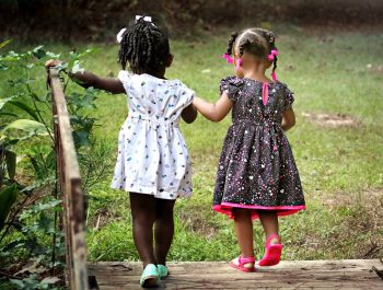 Apprendre à son enfant à jouer seul